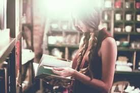 読書する女性.jpg
